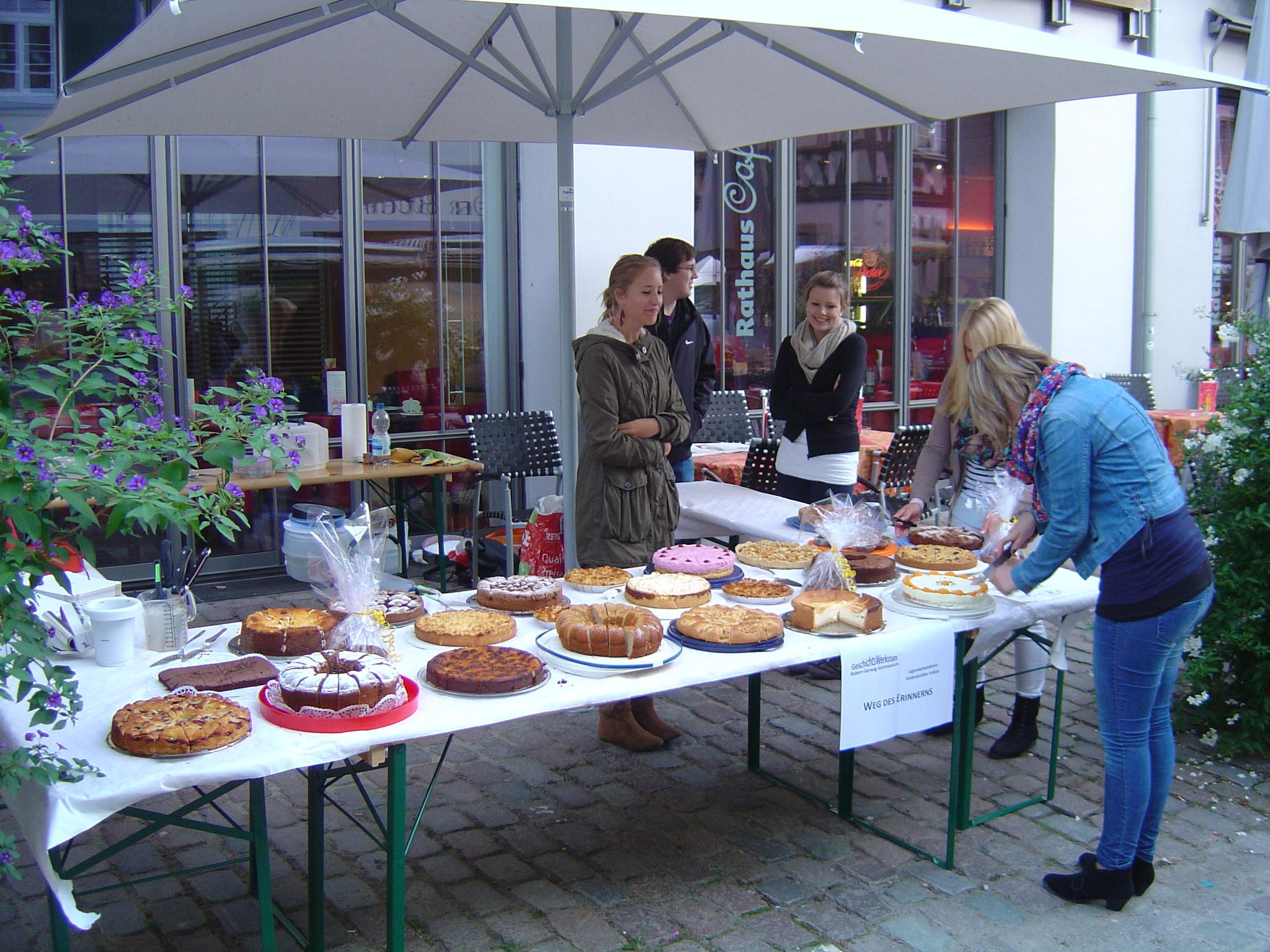 Eine Aktion zur Finanzierung: Kuchenverkauf auf dem Haslacher Wochenmarkt im September 2011